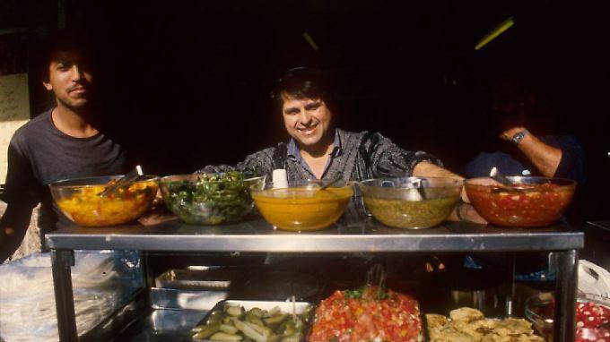 Von rechts bis links: Alle Zutaten für einen israelischen Salat