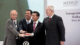 Andreas Klinge, Werksleiter VW-MotorenwerkSilao Miguel Marquez, Gouverneur Bundesstaat Guanajuato Staatspräsident Enrique Pena Nieto und VW-Chef Martin Winterkorn (v.l.n.r)