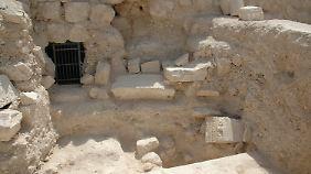 Erst 2007, nach 35 Jahren Suche, entdeckte Netzer die Trümmer des Mausoleums sowie drei Sarkophage.
