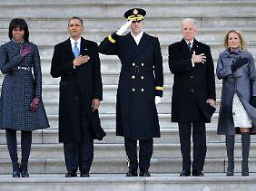 Major General Michael L. Linnington, umrahmt von den Ehepaaren Obama (li) und Biden (re).