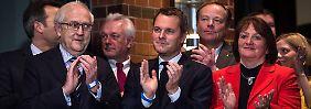 Sieht so echte Freude aus? Mitglieder des Präsidiums der FDP applaudieren Parteichef Rösler bei seiner Rede nach dem Wahlerfolg in Niedersachsen.