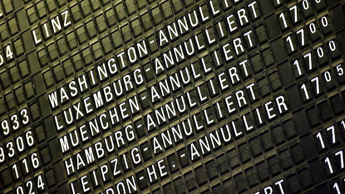 Am Frankfurter Flughafen fallen erneut Flüge aus. Die Lufthansa rechnet ab Mittwoch wieder mit normalem Flugverkehr.
