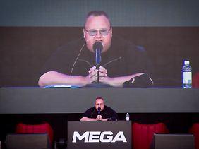 """Mega-Präsentation zum Auftakt: Kim """"Dotcom"""" Schmitz."""