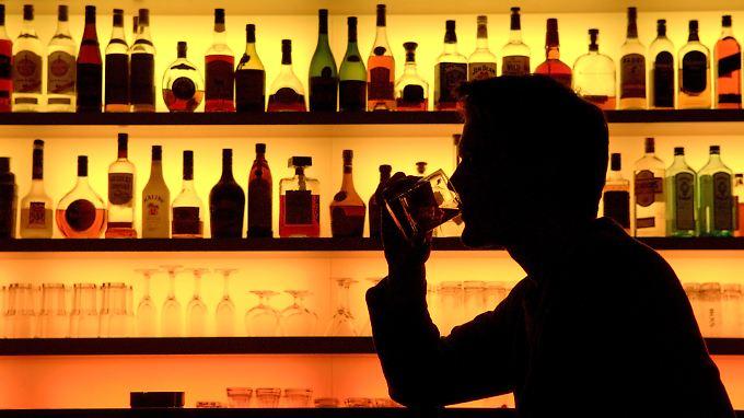 """Einen Whisky richtig zu genießen, will gelernt sein. Der """"Whisky Guide Deutschland 2013"""" gibt Tipps dazu. Sláinte!"""
