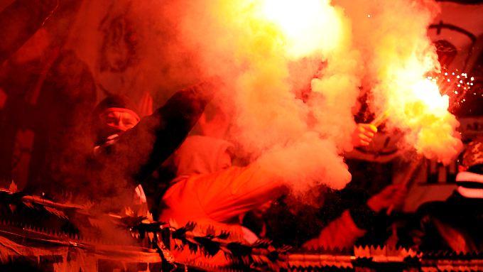 Sieht gut aus, ist aber verboten: Frankfurter Pyrotechniker beim Spiel in Leverkusen.