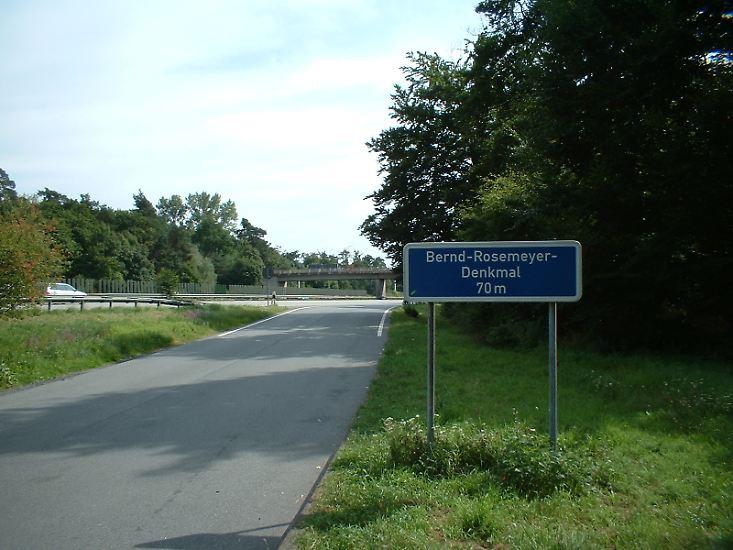 An Rosemeyer erinnert heute noch ein Gedenkstein an Kilometer 508 der Autobahn Frankfurt-Darmstadt.