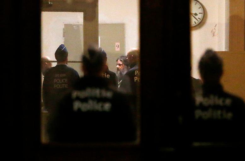 Der Kindermörder Marc Dutroux will raus aus der Haft. Er hat einen entsprechenden Antrag gestellt. Er wolle fortan mit Fußfesseln, aber außerhalb des Gefängnisses leben.
