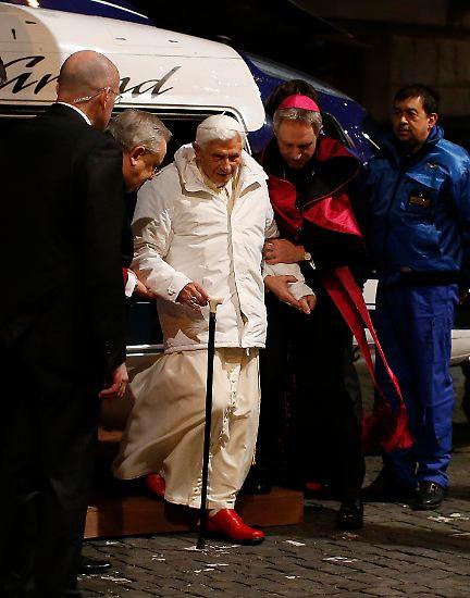 """Papst Bendikt, der Sechzehnte - der Mann, der einem großen deutschen Boulevardblatt die Schlagzeile """"Wir sind Papst"""" bescherte - gibt sein Amt auf."""