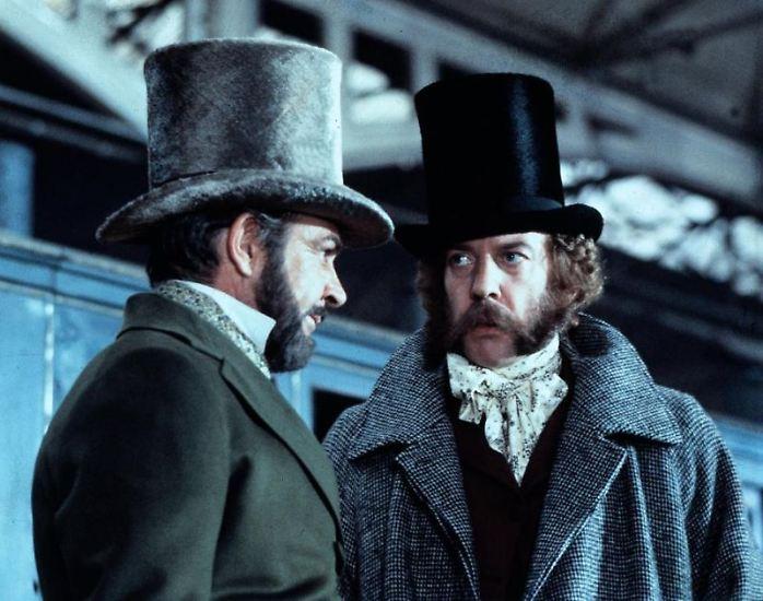 Während des Krimkrieges 1855 raubt der Gentleman-Gauner Edward Pierce  zusammen mit seinen Komplizen Gold im Wert von 12.000 Pfund, das für den Sold der Soldaten bestimmt war, aus einem Tresor im Packwagen des London-Paris-Express. Dieser Coup geht als erster großer Eisenbahnraub in die Geschichtsbücher ein.