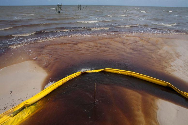 Das Öl im Golf von Mexiko findet seinen Weg, trotz Barrieren.