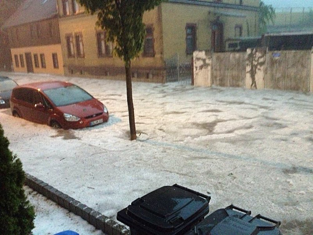 Hagel sturmböen und starkregen ließen einige autos in erfurt baden