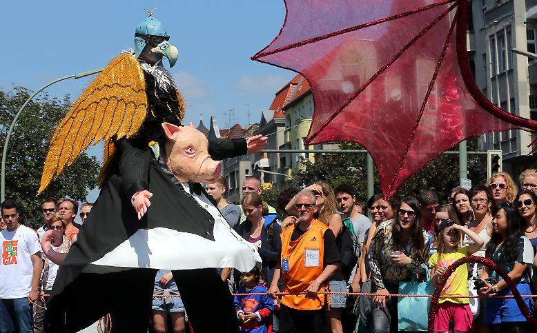 Rund 800.000 Zuschauer waren in Berlin-Kreuzberg beim Umzug zum 18. Karneval der Kulturen dabei, ...