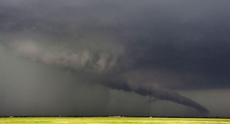 Mit ungeheurer Kraft fegen dutzende Tornados durch den Mittleren Westen und ...