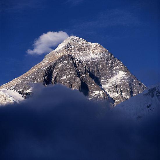 Einsam ragt er auf, der Mount Everest - der mit 8848 Metern höchste Berg der Welt. Doch so einsam ist es dort gar nicht mehr.