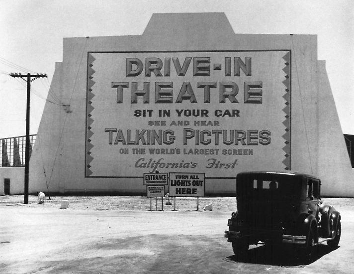 Vor 80 Jahren, am 6. Juni 1933, wurde in Camden, im US-Bundesstaat New Jersey, das erste Autokino eröffnet. Allerdings hatte dieses erste Drive-in-Theater wenig mit dem zu tun, was in den 1950er Jahren zu den goldenen Zeiten des Autokinos wurde.