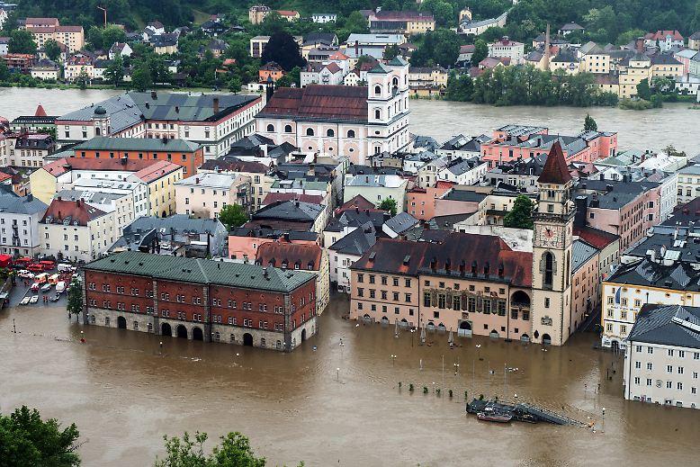 Land unter in Passau: Anwohner und Ladenbesitzer klagen, dass so ein Hochwasser für die Dreiflüssestadt nicht vorhergesagt wurde. In der Nacht zum Sonntag steigt der Wasserstand binnen weniger Stunden rapide an - weite Teile der Altstadt sind überflutet. Mittlerweile sind Strom- und Wasserversorgung in der Innenstadt abgestellt.