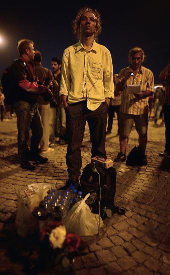 Ein Mann steht auf dem Istanbuler Taksim-Platz.