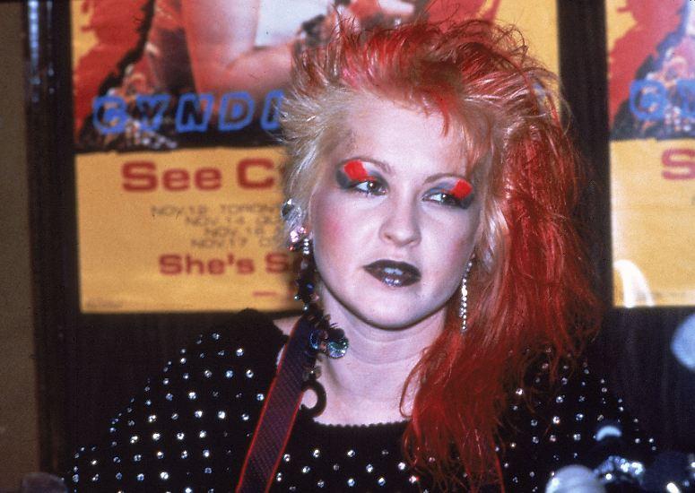 Bunte Haare, exzentrisches Make-Up, schrilles Outfit - so trat eine gewisse Cyndi Lauper Anfang der 80er Jahre an, um die Welt der Pop-Musik aufzumischen. Jahrelang hatte sie da bereits musiziert, ...