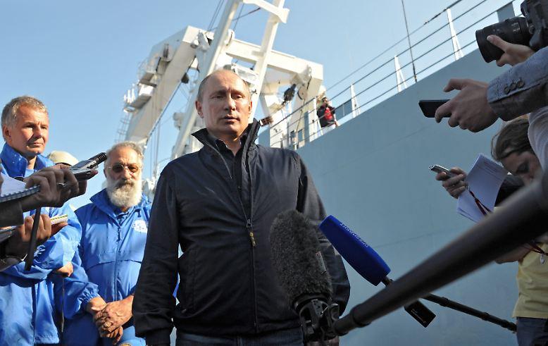 """Es ist Sommer in Russland und der russische Präsident Wladimir Putin unternimmt einen Ausflug. Er reist an den Finnischen Meerbusen. Dort liegt ein Schiffswrack - wie geschaffen für einen Auftritt als """"Super-Putin""""."""