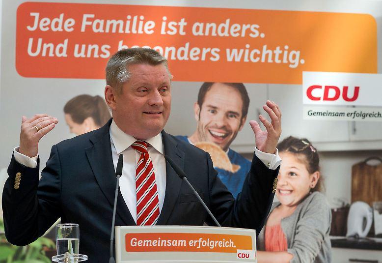 """48 Tage vor der Bundestagswahl hat die CDU ihre ersten Plakate präsentiert. Die Partei setzt vor allem auf Wirtschaftsthemen und die Popularität von Kanzlerin Angela Merkel. """"Am 22. September geht es darum, ob Deutschland ein starkes und erfolgreiches Land bleibt"""", sagte CDU-Generalsekretär Hermann Gröhe beim Vorstellen erster Plakate."""