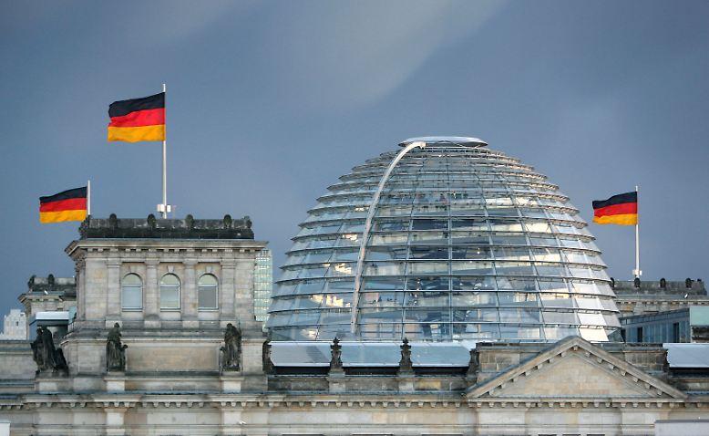 Der Berliner Reichstag ist das Symbol für die parlamentarische Demokratie der Bundesrepublik Deutschland. Der im historischen Gebäude arbeitende Deutsche Bundestag ist der Ort  politischer Debatten. Die amtierende Bundesregierung muss Rechenschaft über ihr Handeln ablegen, wichtige Gesetze werden beschlossen. Für die Opposition ist das Parlament ein wichtiges Gremium, um ihre kritische Haltung zu Vorhaben der jeweils amtierenden Regierung darzulegen.