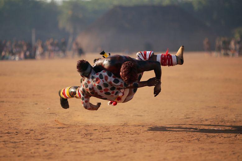Wrestling im Sand: Xingu-Indianer vom Stamm der Waura im Bundesstaat Mato Grosso im Südwesten Brasiliens kämpfen zu Ehren ihres verstorbenen Häuptlings.