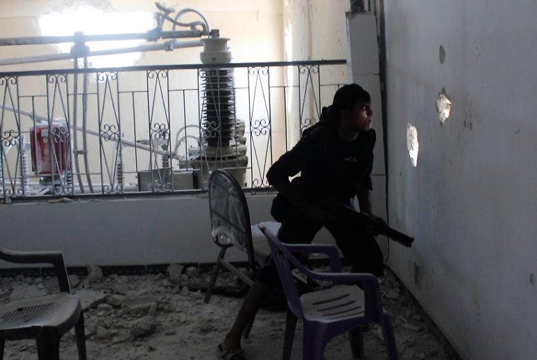 Der Bürgerkrieg in Syrien steht vor der Eskalation: Wenige Tage nach dem Giftgas-Angriff auf Zivilisten in den Außenbezirken der Hauptstadt Damaskus ziehen die USA rund um Syrien ihre Streitkräfte zusammen.