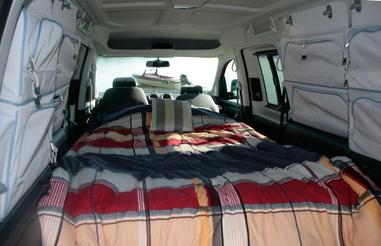 vw caddy tramper f rs spontane abenteuer ein bett macht mobil n. Black Bedroom Furniture Sets. Home Design Ideas
