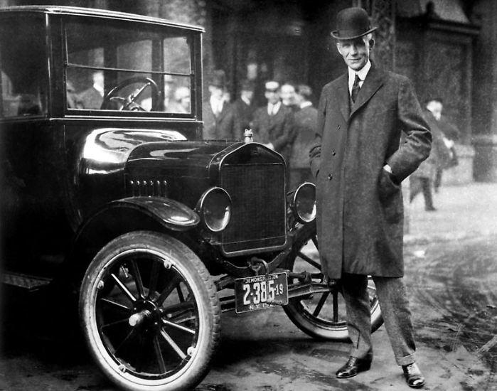 """Angefangen hat die Geschichte der schlimmsten Autos aller Zeiten 1909 mit dem Model T von Ford. Eben jenem Auto, das Henry Ford als erster am Fließband bauen ließ. Massenproduktion für die Beweglichkeit einer ganzen Nation. Technisch war der Wagen extrem einfach, aber auch eine Katastrophe. Nicht umsonst bekam er den Spitznamen """"Tin Lizzie"""" (""""Blechliesel"""")."""