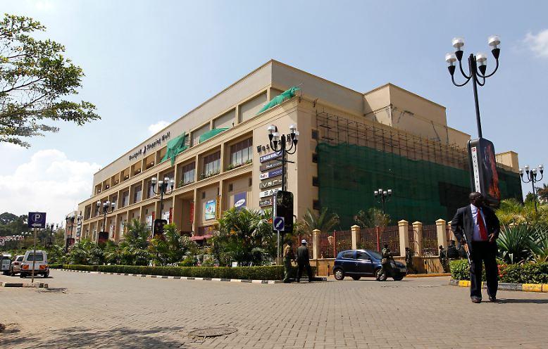 Es ist ein Samstagmittag in der Westgate Mall: Wohlhabende Einheimische und Ausländer schlendern durch Nairobis luxuriöses Einkaufszentrum, Eltern mit ihren Kindern erledigen ihre Einkäufe, die Restaurants und Cafés sind voll. Plötzlich stürmen schwarz gekleidete, maskierte und schwerbewaffnete Männer in das Zentrum und eröffnen das Feuer.