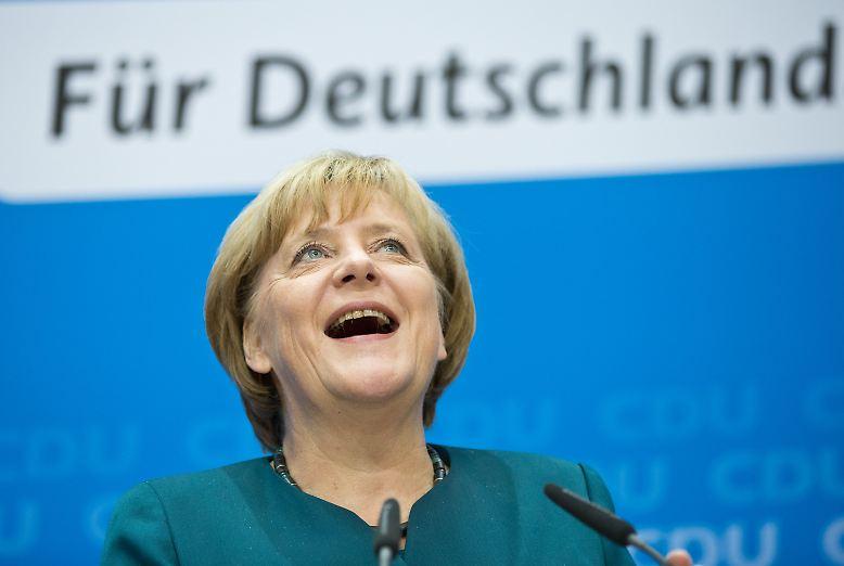 Drei Sterne auf einem schwarzen T-Shirt. CDU-Anhänger bringen das Hemd an der Balustrade im Konrad-Adenauer-Haus an, als CDU-Chefin Angela Merkel am Montag zur Pressekonferenz kommt.