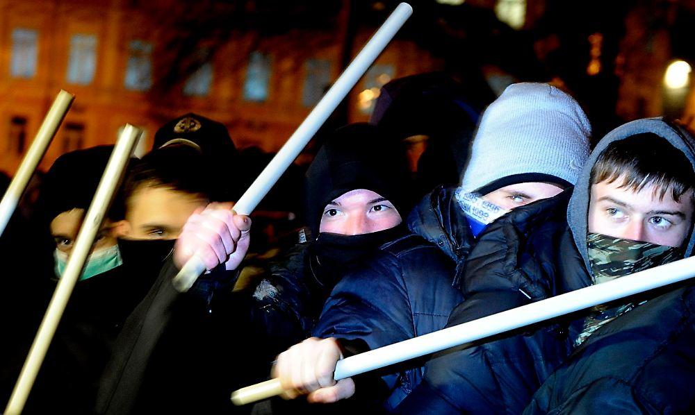 Gewaltsamer Polizeieinsatz In Kiew: Opposition Macht Front