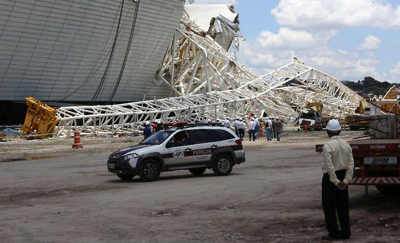 Es sind solche Bilder, die rund ein halbes Jahr vor dem Beginn der Fußball-Weltmeisterschaft in Brasilien Zweifel an dem Turnier aufkommen lassen: Ende November, 168 Tage vor dem Eröffnungsspiel, stürzt ein Kran auf das Dach der Corinthians-Arena in Sao Paulo.