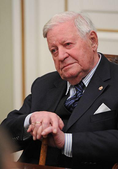 Helmut Schmidt ist 95 Jahre alt und ist weiter politisch engagiert. Er mischt sich immer noch ein und äußert sich zu aktuellen politischen Themen.