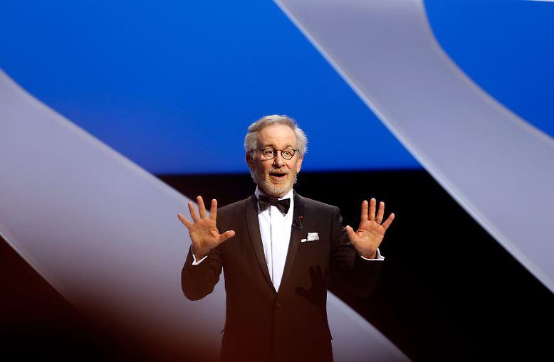 """Seine Filme verschaffen ihm Weltruhm: Ob """"Der weiße Hai"""", """"E.T. - der Außerirdische"""", """"Indiana Jones"""", """"Schindlers Liste"""" oder """"Jurassic Park"""" - der Regisseur Steven Spielberg scheffelt Millionen."""