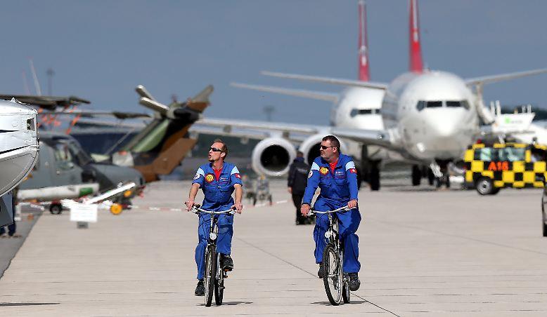 Aus heiterem Himmel herrscht am Berliner Hauptstadtflughafen BER plötzlich Hochbetrieb: In einem abgesperrten Bereich abseits der Problembaustelle öffnet die Internationale Luftfahrtausstellung ILA ihre Pforten.