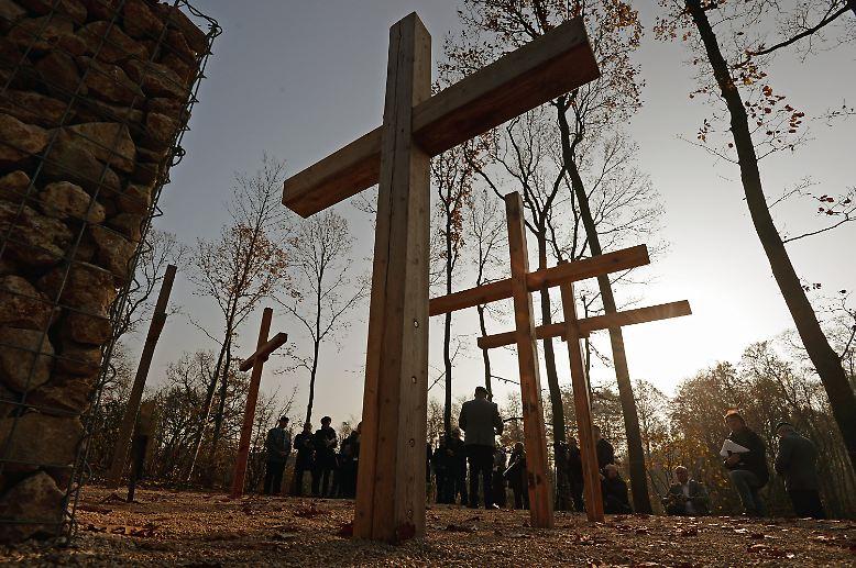 Auf einer Anhöhe in Geltow bei Potsdam stehen zwischen Bäumen fünf große Kreuze.