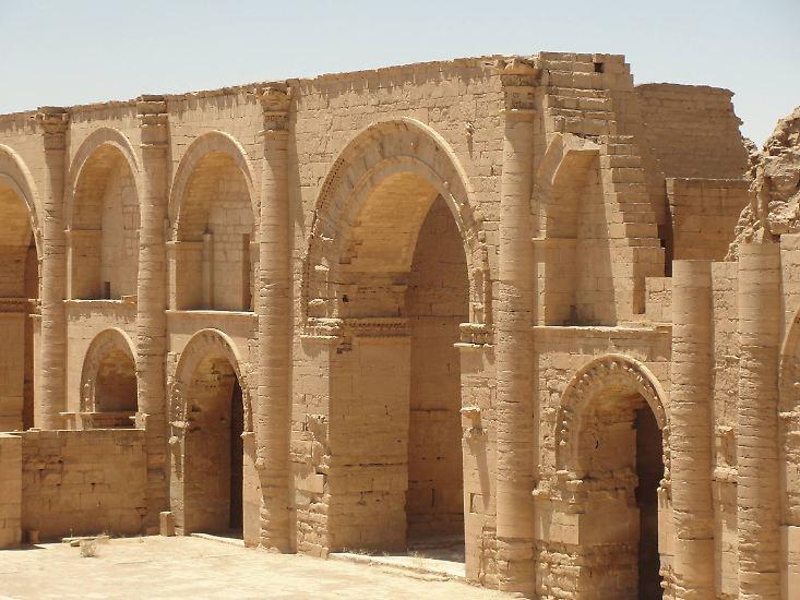 Das sind die Tempelruinen von Hatra - einer Wüstenstadt, die ...
