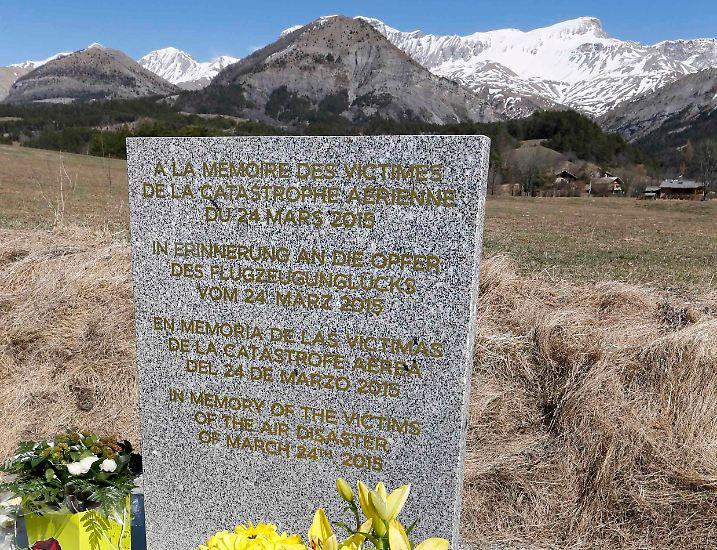 Es ist eine unscheinbare Steinplatte, die vor dem Bergmassiv aufgestellt wurde, in dem Flug 4U9525 zerschellte. Doch diese Stele bedeutet für Hinterbliebene des Absturzes viel.