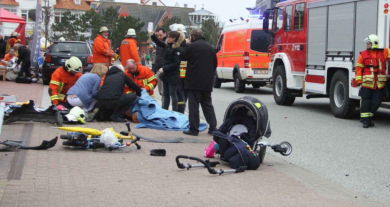 unfall in st peter ording frau f hrt mit dem auto in fu g nger n. Black Bedroom Furniture Sets. Home Design Ideas