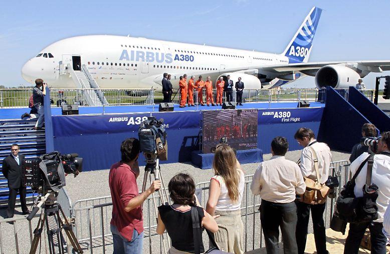 Rückblick, 27. April 2005: Der Airbus A380 rollt zu seinem Jungfernflug auf die Startbahn in Toulouse. Für Flugbegeisterte ist die Riesenmaschine die Sensation.