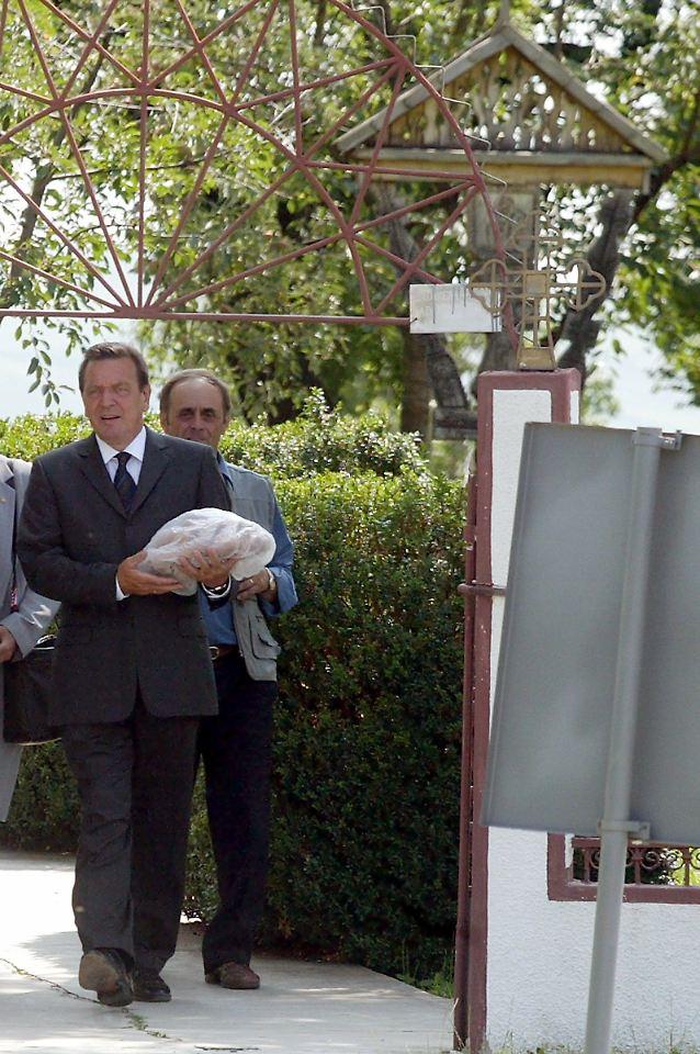 2004 besucht gerhard schrder erstmals das grab seines vaters in rumnien - Gerhard Schrder Lebenslauf