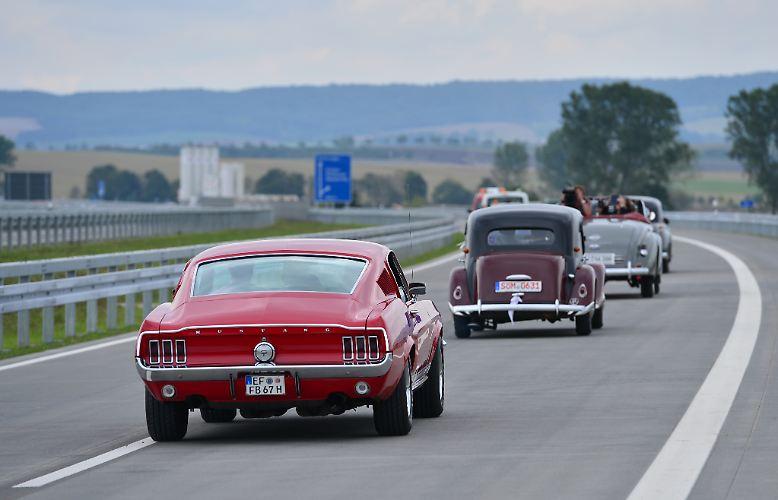 """Über drei Millionen Oldtimer fahren schon auf Deutschlands Straßen, aber gerade einmal elf Prozent davon haben ein H-Kennzeichen. Schließlich gibt es den begehrten Prädikatsstempel """"H"""" für das rollende historische Kulturgut nicht automatisch."""