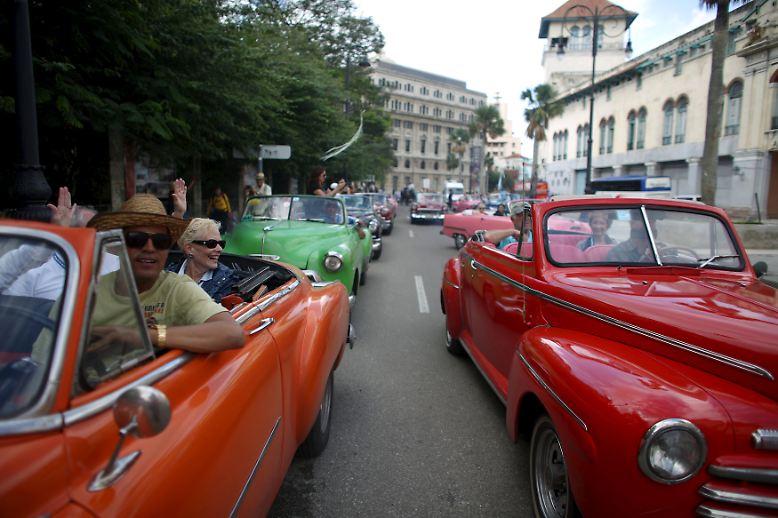 Winterliche Temperaturen? Fehlanzeige! Diese Touristen genießen eine Stadtrundfahrt durch Havanna in den beliebten Oldtimern.