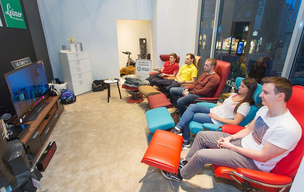 92 stunden vor der mattscheibe sterreicher stellen tv rekord auf n. Black Bedroom Furniture Sets. Home Design Ideas