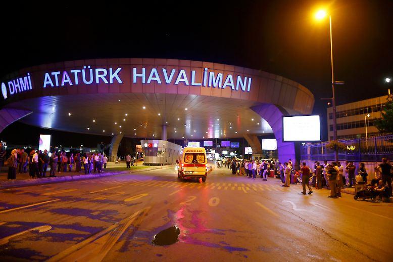 Am späten Dienstagabend erschüttern mehrere Explosionen den Flughafen Atatürk in Istanbul.