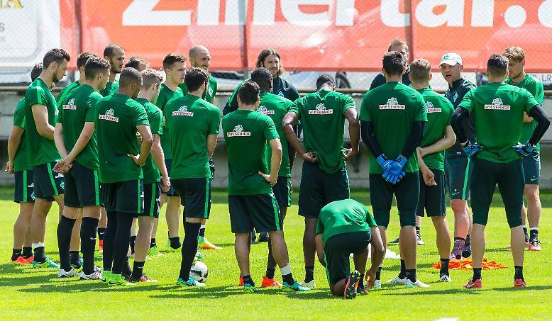 Während die Spieler in den Trainingslagern schwitzen und sich für die Saison 2016/17 in Form bringen - wie hier im Trainingslager des SV Werder Bremen, wollen die Klubs die Fans mit ihren neuen Trikots begeistern.
