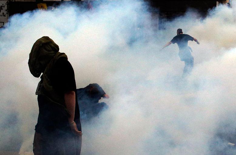 Tränengaswolken wabern durch die Straßen von Paris.