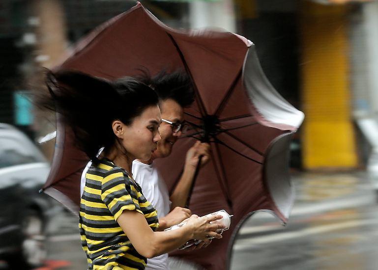 Mehr als drei Millionen Menschen sind ohne Strom, die Armee in Alarmbereitschaft, Tausende in Evakuierungszentren: Die Taifun-Saison trifft Taiwan in diesem Jahr besonders hart.