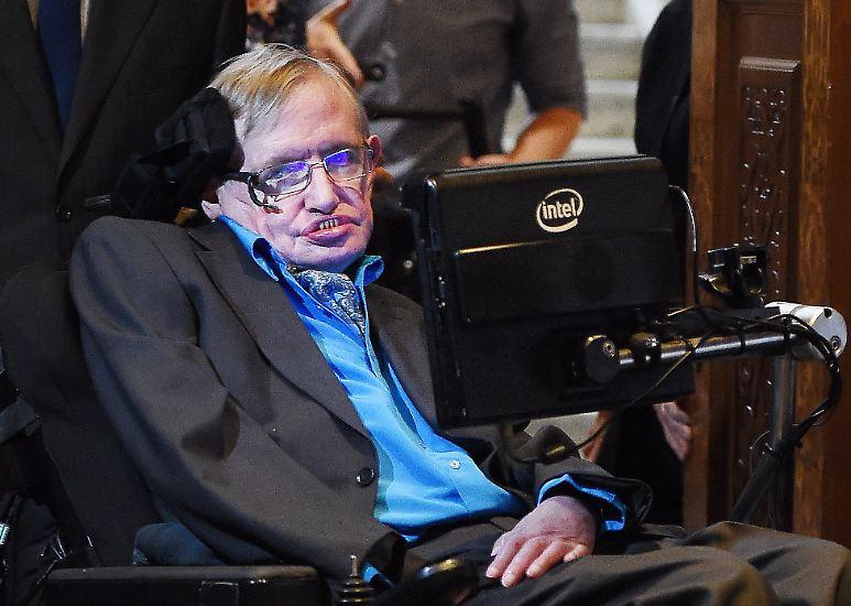 Sein Scharfsinn wird als genial gerühmt, seine Neugier trägt faustische Züge, seine Bücher begeistern Millionen Menschen: Längst gilt Stephen Hawking als Popstar der Physik. Fachkollegen vergleichen den Forscher ...